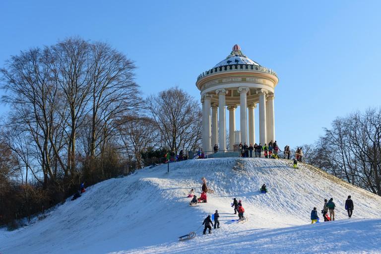Munchen, Munich: children, kids, sledding, sleigh, sled, sledge, Monopteros in the Englischer Garten (English Garden), Oberbayern, Upper Bavaria, Baye