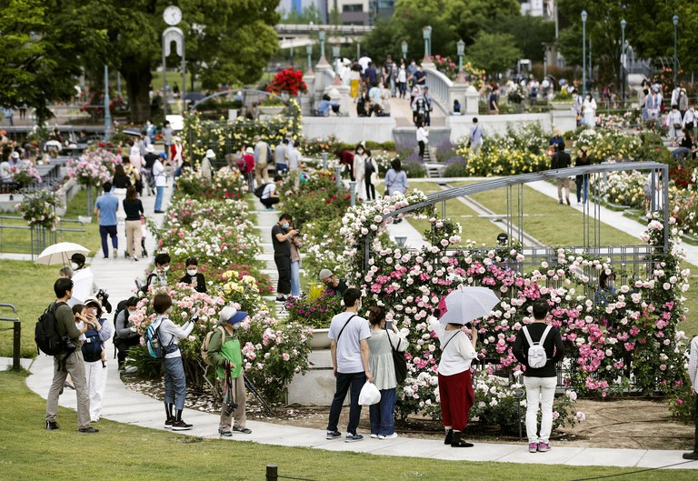 2BP0W06 Osaka, Japan. 17th May, 2020. Many people visit Nakanoshima Park in Osaka on May 17, 2020, the first Sunday after Osaka Prefecture partially lifted its business suspension request over the coronavirus pandemic. (Kyodo)==Kyodo Photo via Credit: Newscom/Ala