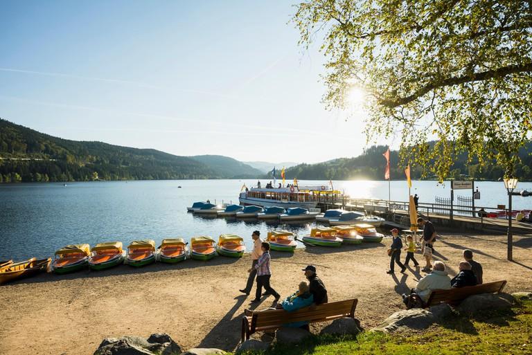 Lake promenade, Titisee, Black Forest, Baden-Wuerttemberg, Germany