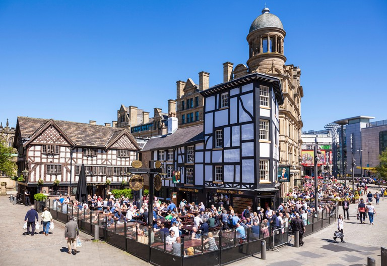 Crowded Sinclair's Oyster Bar and The Old Wellington public house Cathedral Gates Manchester City Centre England UK GB EU Europe