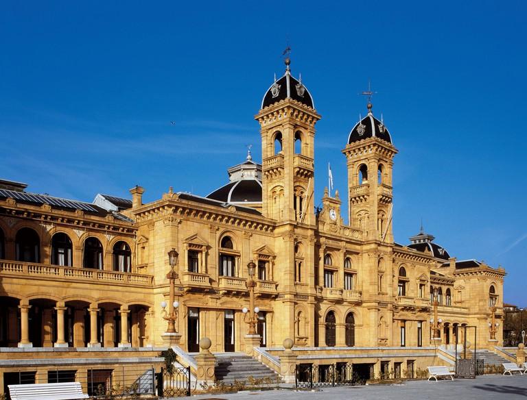 AYUNTAMIENTO DE SAN SEBASTIAN (DONOSTIA). Vista general de la fachada del edificio del actual ayuntamiento. Desde su inauguracion en 1887 albergo un Casino, actividad que finalizo a partir de 1947. A partir de este momento fue la sede del ayuntamiento de