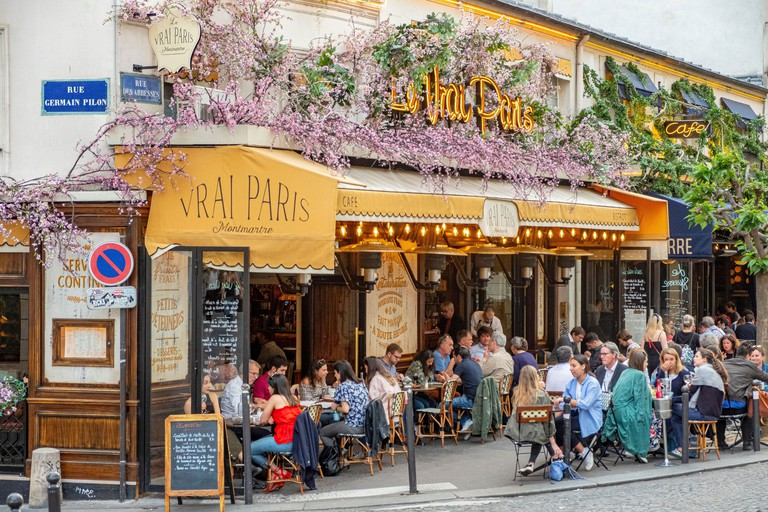 Montmartre district, cafe in the Rue des Abbesses WE7R40