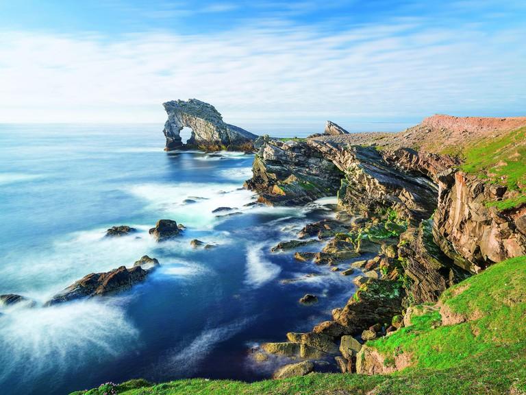 "Shetlandinseln/Insel Foula: Felsformation ""Gaada Stack"" vor der Nordkueste der Insel, Schottland   usage worldwide"