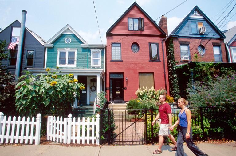 2CFYYRW Pennsylvania Pittsburgh Shadyside Kentucky Avenue home homes house houses residences neighborhoods neighborhood sidewalk couple walking residents