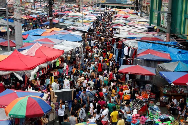 People shop ahead of New Year celebrations at a street market in Divisoria, Manila, Philippines, December 29, 2017.       REUTERS/Erik De Castro