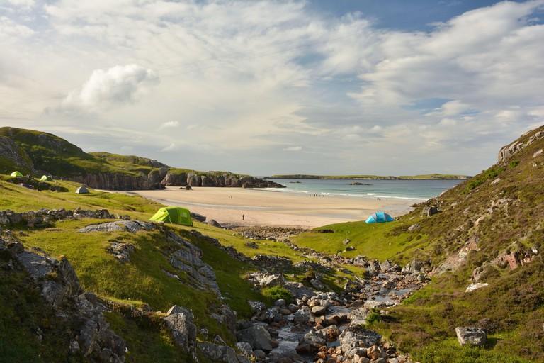 Camping tents in Ceannabeine Beach (traigh allt chailgeag) in the Scottish Highlands. North Coast 500, Durness, Sutherland, Scotland