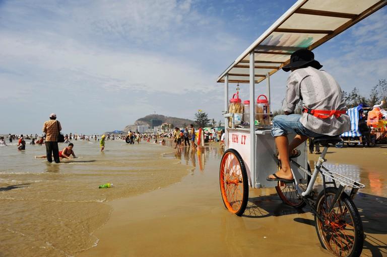 Vietnam, Ba Ria Vung Tau Province, Vung Tau, peddler on the Beach