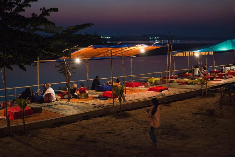 EX1003 Open-air eateries by the Mekong River, Quai Fa Ngum, Vientiane, Laos P.D.R.