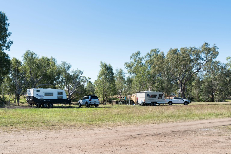 Grey nomad campers at the camp site at Fletcher Creek on the Gregory Development Road Highway near Charters Towers_2CBWB1Y