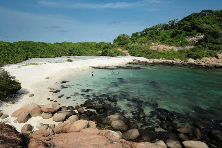 Sri Lanka, Eastern Province, Nilaveli, Pigeon Island, divers on the beach of Pigeon Island
