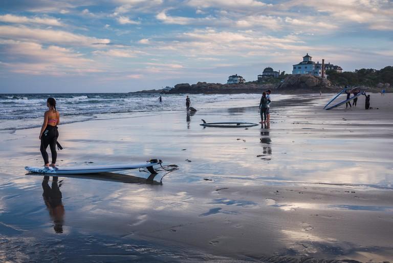 USA, Massachusetts, Cape Ann, Gloucester, Good Harbor Beach, surfers