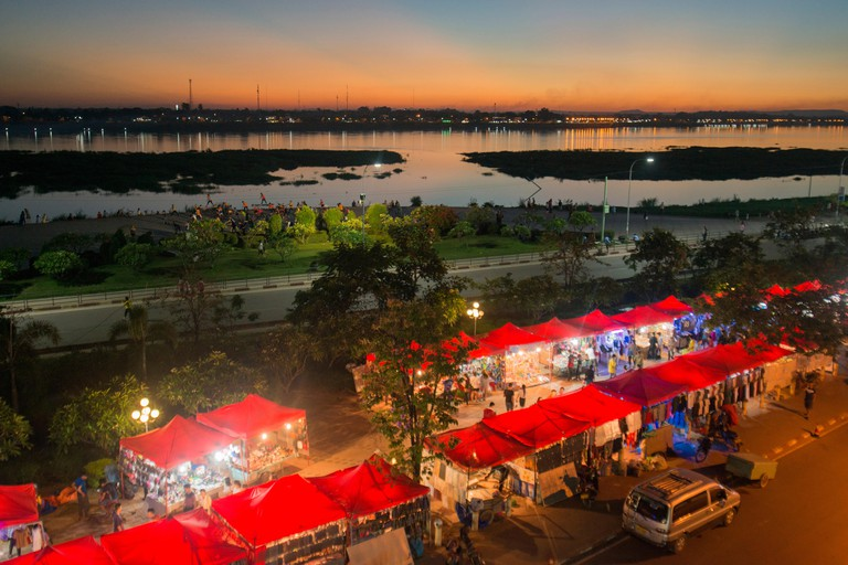 J2M4G9 the nightmarket at the Mekong River at a evening in the city of vientiane in Laos in the southeastasia.
