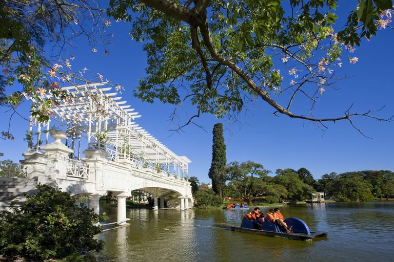 Argentina, Buenos Aires, part of town Palermo, Parque Tres de Febrero, bridge, pedal boat, tourist, no model release,