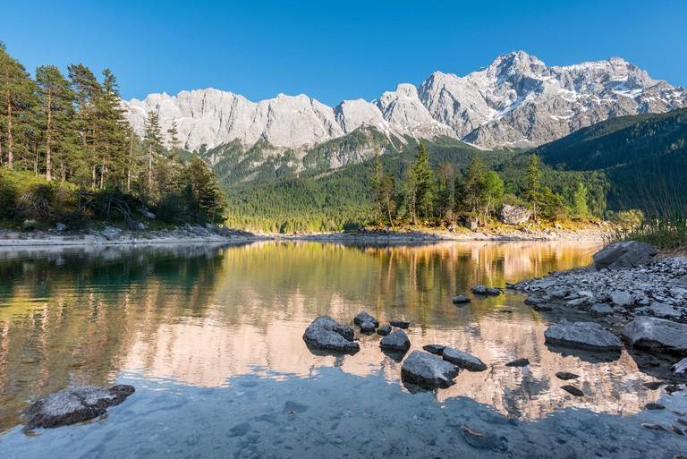 Lake Eibsee lake with Sasseninsel and Zugspitze, Wetterstein range, near Grainau, Upper Bavaria, Bavaria, Germany