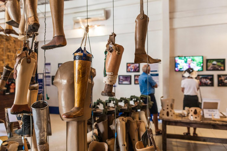T87E3G Laos, Vientiane, COPE Visitor Centre, organization providing artificial limbs to war wounded, display of artificial limbs