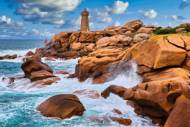 Mean Ruz lighthouse, Giant rocks at the Cote de Granit Rose (Pink Granite coast), Ploumanac'h, Perros-Guirec, Bretagne, Brittany, France