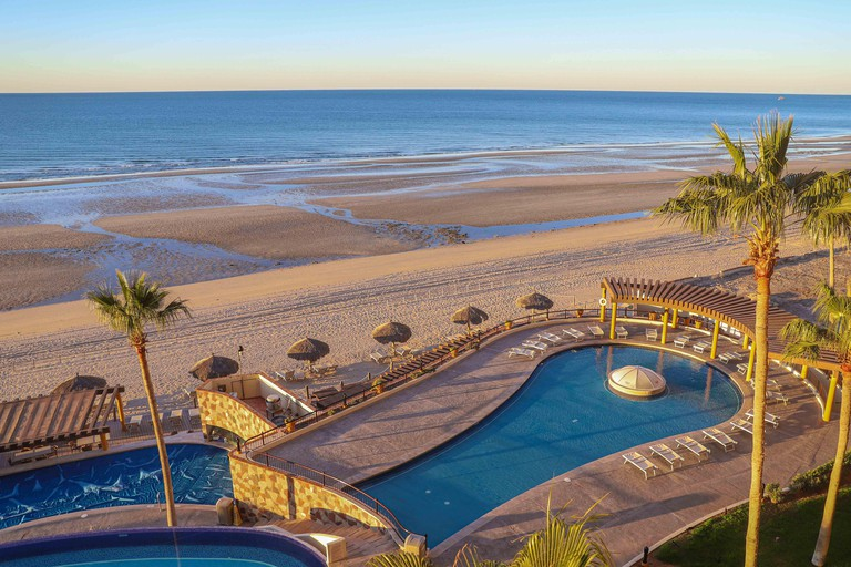 Swimming pool or hotel pool, resor at sunrise in Puerto Penasco, Sonora, Mexico Real estate in a tourist and fishing city of Mexico on the Gulf of California. Sandy Beach, La Choya bay. (Photo by Luis Gutierrez / Norte Photo)Pisina o alberca de hotel, re