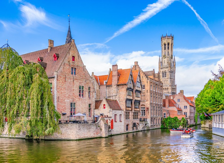 Popular viewpoint in city center with traditional brick buildings along the canal in Bruges, Belgium RG35AW