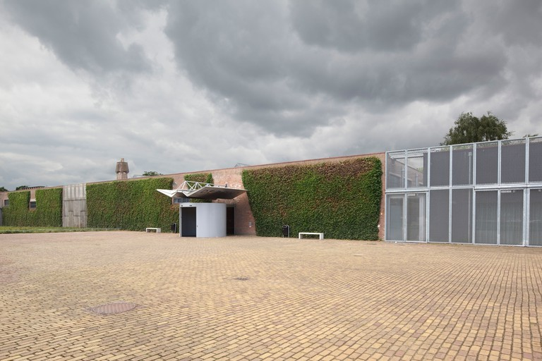 De Pont Museum of Contemporary Art, Tilburg, Netherlands. Architect: Benthem Crouwel Architekten, 1992. Main entrance with cobbl