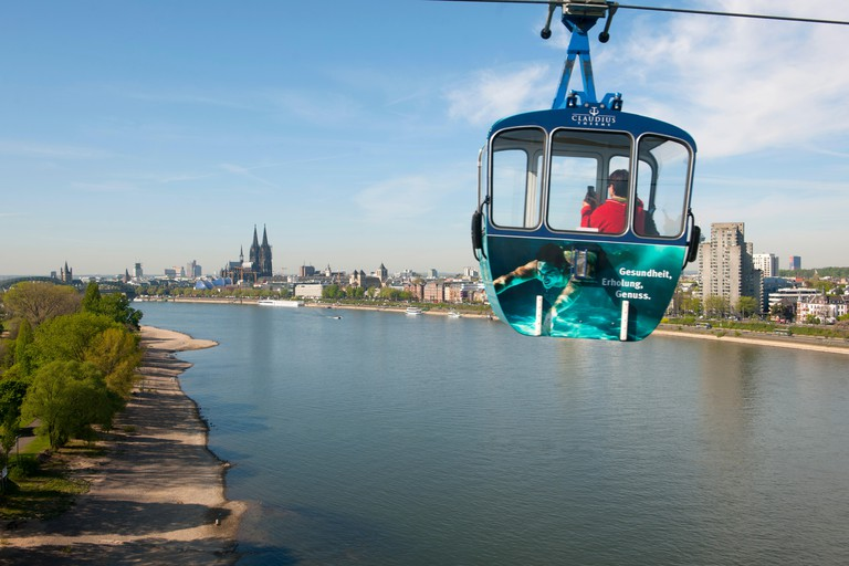 FWMTN2 Koln, Deutz, Blick aus der Rheinseilbahn auf den Rheinpark und den Dom