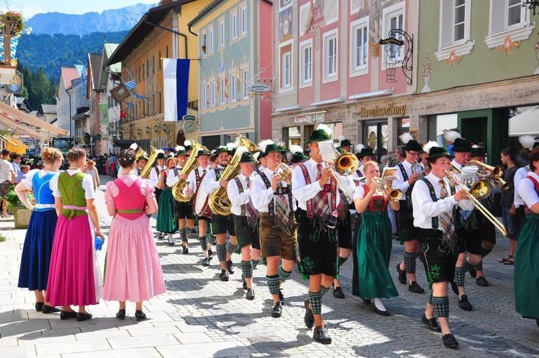 Trachtenumzug, Trachten, Musikkapelle, Garmisch-Partenkirchen, Bayern, Deutschland