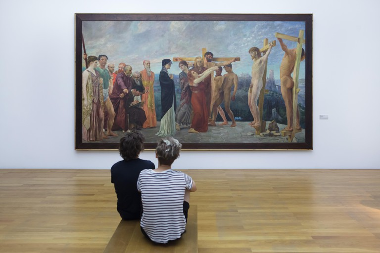 KHD489 Visitors in front of the painting 'The Crucifixion of Christ' (1890) by German symbolist painter Max Klinger on display in the Museum der bildenden Kunste (Museum of Fine Arts) in Leipzig, Saxony, Germany.