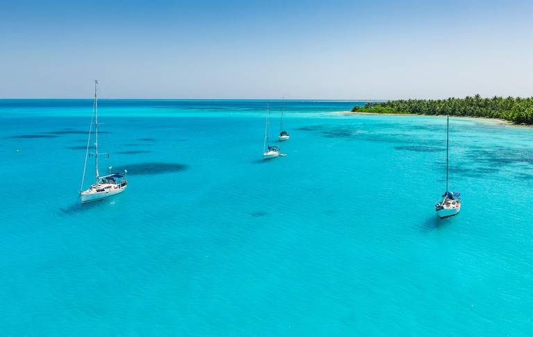ancoring sailboats in the shallow lagoon of Cocos keeling atoll, Australie