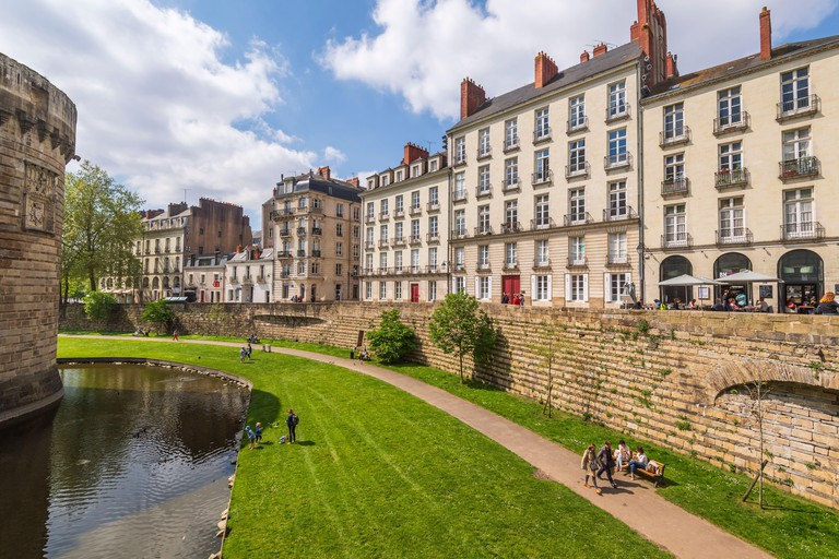 Nantes (north-western France): buildings and houses surrounding the Castle of the Dukes of Brittany Lawns and moats of the castle and building facades - 2CE886X