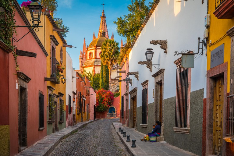 Picturesque scene in the historic center of San Miguel de Allende, exico------San Miguel de Allende is a city and municipality located in the far ea