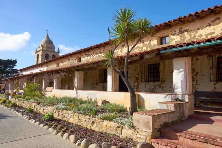 Exterior of the Carmel Mission, or Mission San Carlos Borromeo del Rio Carmelo at Carmel by the Sea in California. 2AP61MH