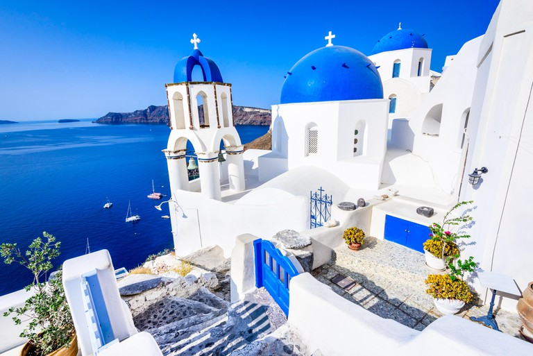 Oia, Santorini - Greece. Famous attraction of white village with cobbled streets, Greek Cyclades Islands, Aegean Sea. M1FYE5 -