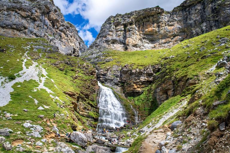 Cola de Caballo waterfall in Ordesa y Monte Perdido National Park, Huesca, Aragon, Spain, Pyrenees mountains. Karst limestone peaks within Ordesa and Monte Perdido National Park, Spanish Pyrenees_2FKWB00