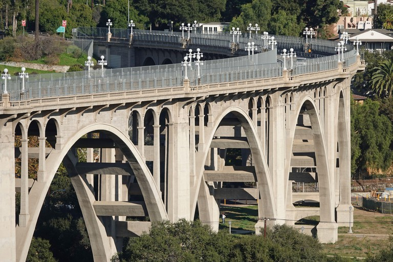 The Colorado Street Bridge is shown spanning the Arroyo Seco (dry stream) in Pasadena, California, USA during the day.