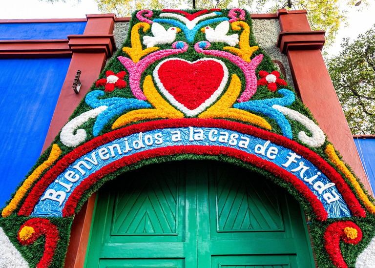2AWCYHW The entrance to the Blue House (Casa Azul), the home of Frida Kahlo for most of her life, in Coyoacan, Mexico