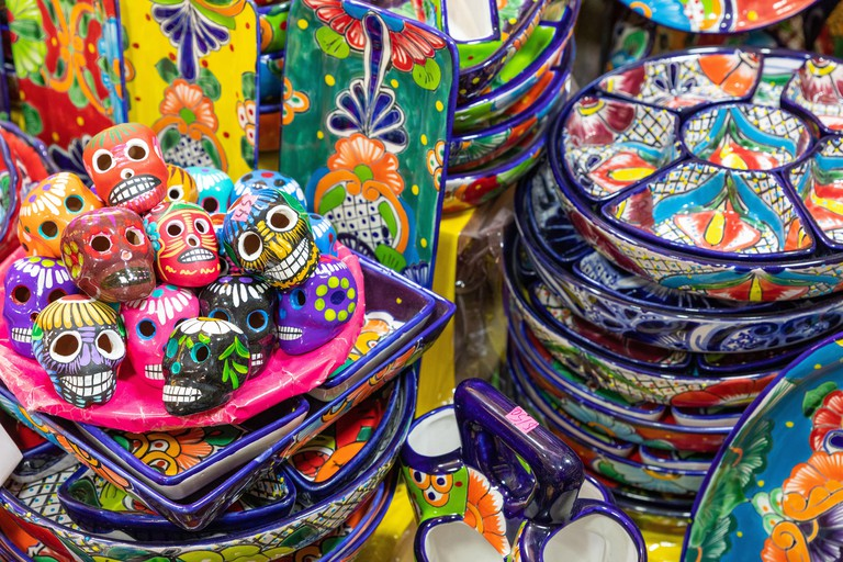2BD4YG8 Colorful traditional Mexican pottery. Talavera style. Souvenirs on sale in local market of Guanajuato, Mexico.