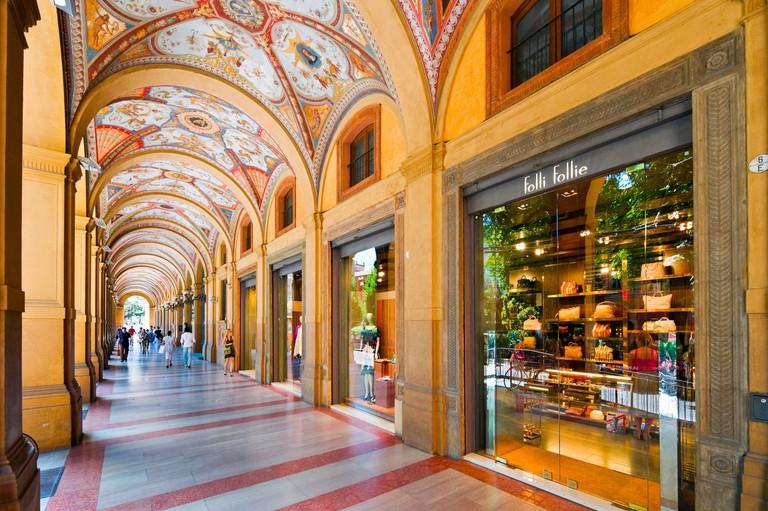 B3FDHB Exclusive shops in a portico on Via Farini in the historic centre, Bologna