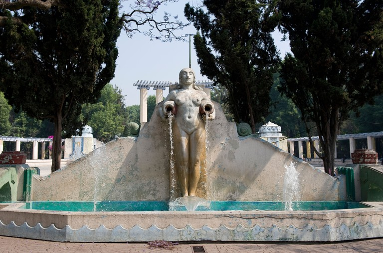 BC064A Fountain of woman carrying water jugs in Parque Mexico, Condesa, Mexico City