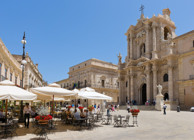 Pavement cafe in the Piazza del Duomo with the cathedral behind, Ortigia, Syracuse (Siracusa), Sicily, Italy