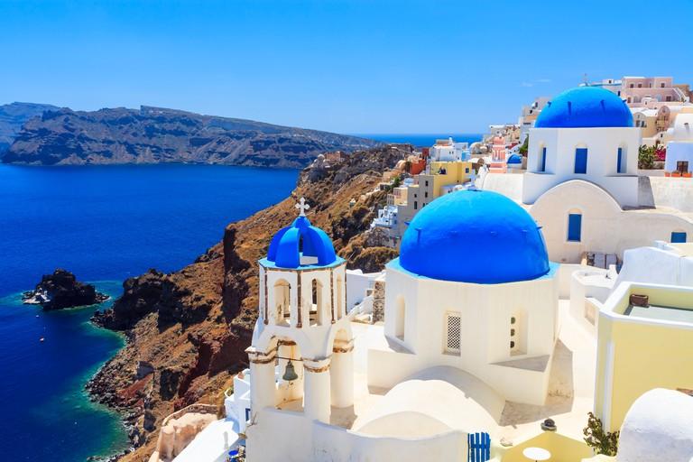 E1CRA5 Blue domed churches on the Caldera at Oia on the Greek Island of Santorini
