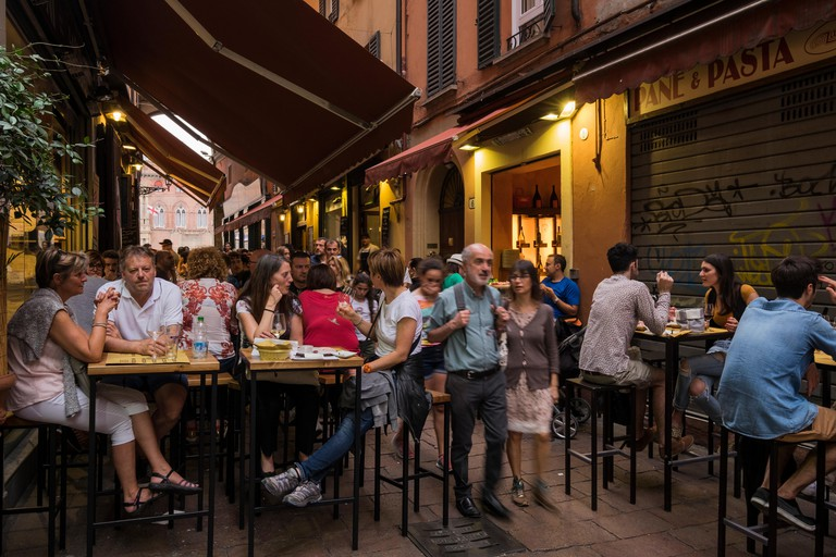 G3XB62 Crowds out in the early evening eating and drinking in the outside cafes of the Via Peschiera in the Quadrilatero district, Bolo