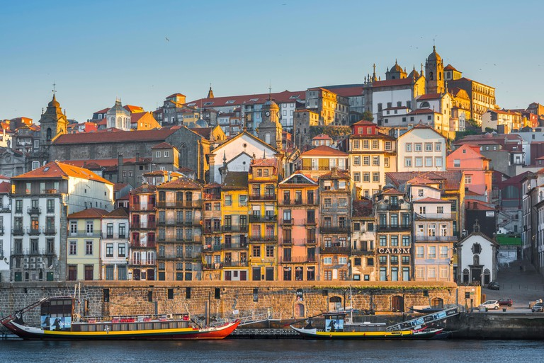 Ribeira Porto Portugal, view of the historic old town Ribeira district in the centre of Porto at sunrise, Portugal. J3J63Y