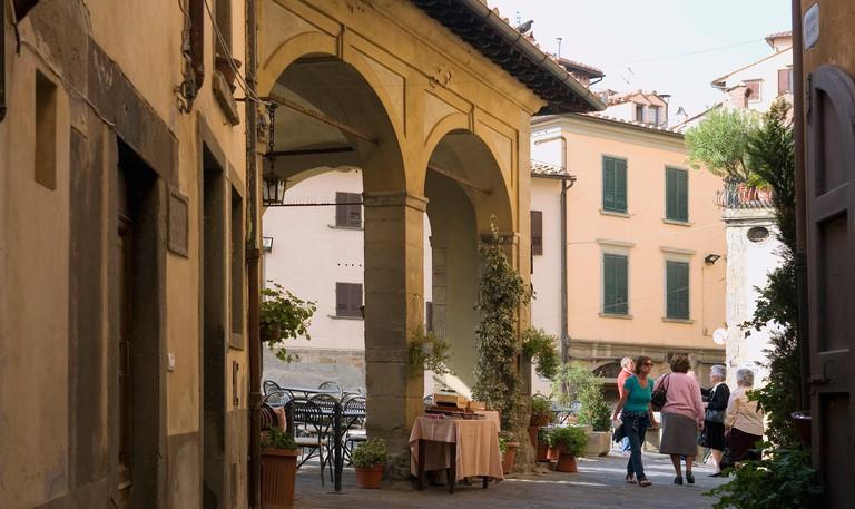 Piazza di Pescheria and Ristorante la Loggetta's al fresco dining area overlooking the Piazza della Repubblica, Cortona, Arezzo, Tuscany, Italy