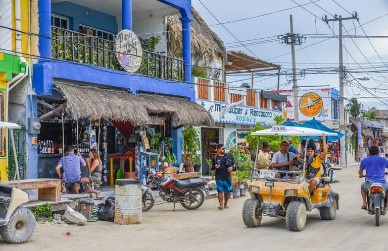 2ABMGPY Spazierganger, Touristen, Golfbuggy, Holbox, Isla Holbox, Quintana Roo, Mexiko