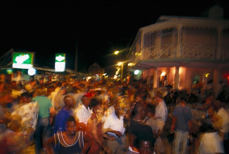 Tanzende Menschenmenge, Dorfstrasse, Gros Islet St. Lucia