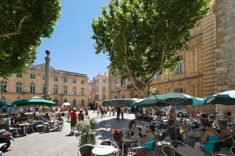 Street cafe in the Place de l'Hotel de Ville with the Town Hall behind, Aix en Provence, France