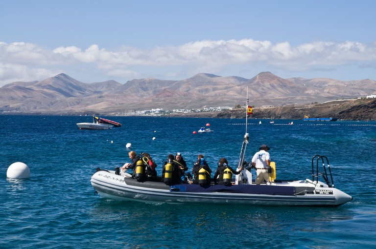 dh  PUERTO DEL CARMEN LANZAROTE Holidaymaker divers on dive boat launch. Image shot 2008. Exact date unknown.