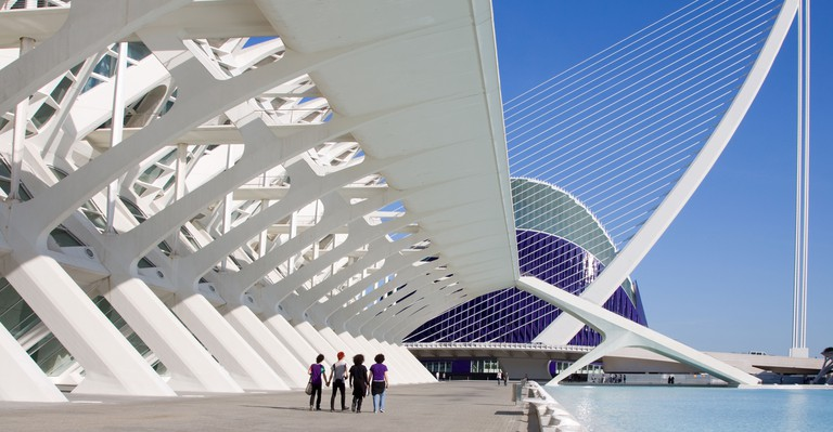 C428PC Visitors outside the Principe Felipe Science Museum at the City of Arts and Sciences, Valencia, Spain
