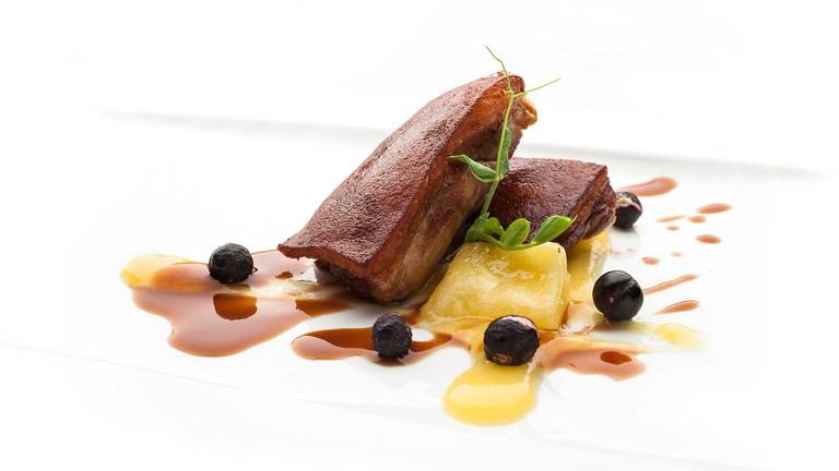 cochinillo-iberico-confitado-con-pure-de-pina-y-grosellas-restaurante-auga-gijon