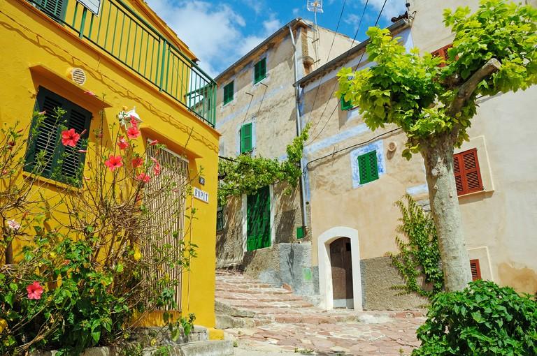 DR7YCB Alley with houses in the village of Estellencs, also Estellenchs, Sierra de Tramuntana, Majorca, Balearic Islands, Spain