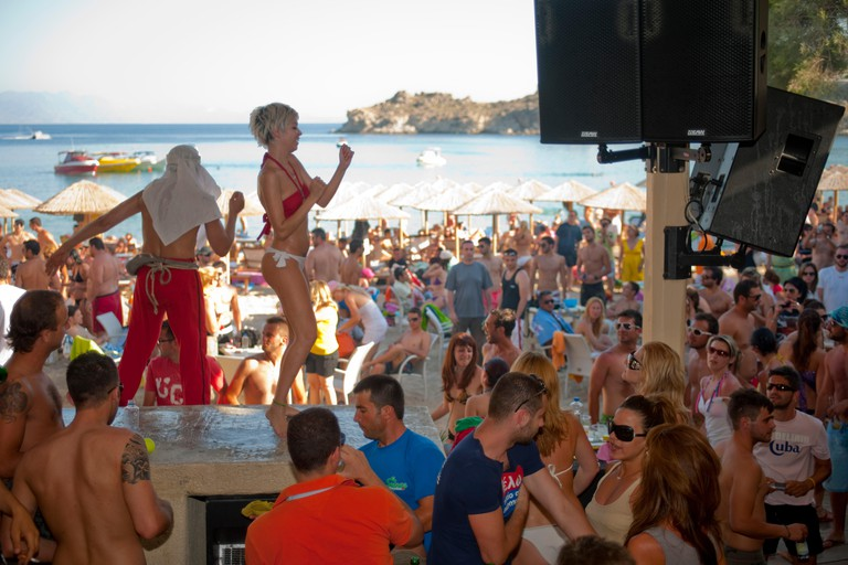 EWB889 Griechenland, Kykladen, Mykonos, Super Paradise Beach, feiern bis zum Sonnenaufgang.